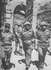 Left to right, Israeli generals Uzi Narkiss, Moshe Dayan and Yitzhak Rabin entering Jerusalem in June 1967-යුධ ජයග්රහනයෙන් පසුව ඊශ්රායෙල් ජනරාල්වරුන් යෙරුසලමට ඇතුල් වෙයි