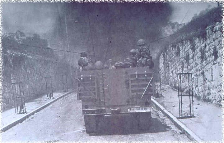 Israeli troops rushers through the centuries old roads of the old city to capture it.දේවමාලිගා පරිශ්රය ඊශ්රායෙල් හමුදා විසින් අල්ල ගැනීමට අදාල ඡයාරූප