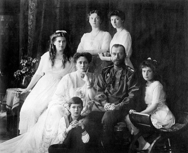 Family_Nicholas_II_of_Russia_ca._1914.jpg